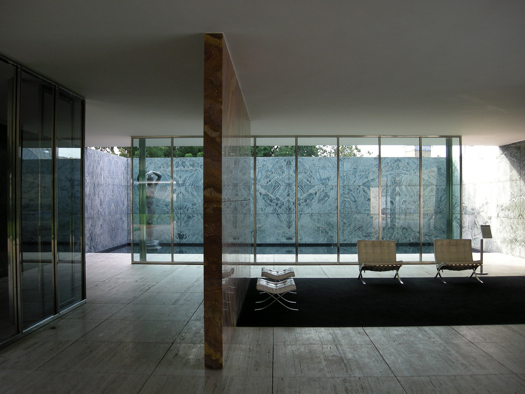 Ludwig Mies van der Rohe e la sedia Barcelona Ludwig Mies van der Rohe and his Barcelona chairLudwig Mies van der Rohe y la silla Barcelona